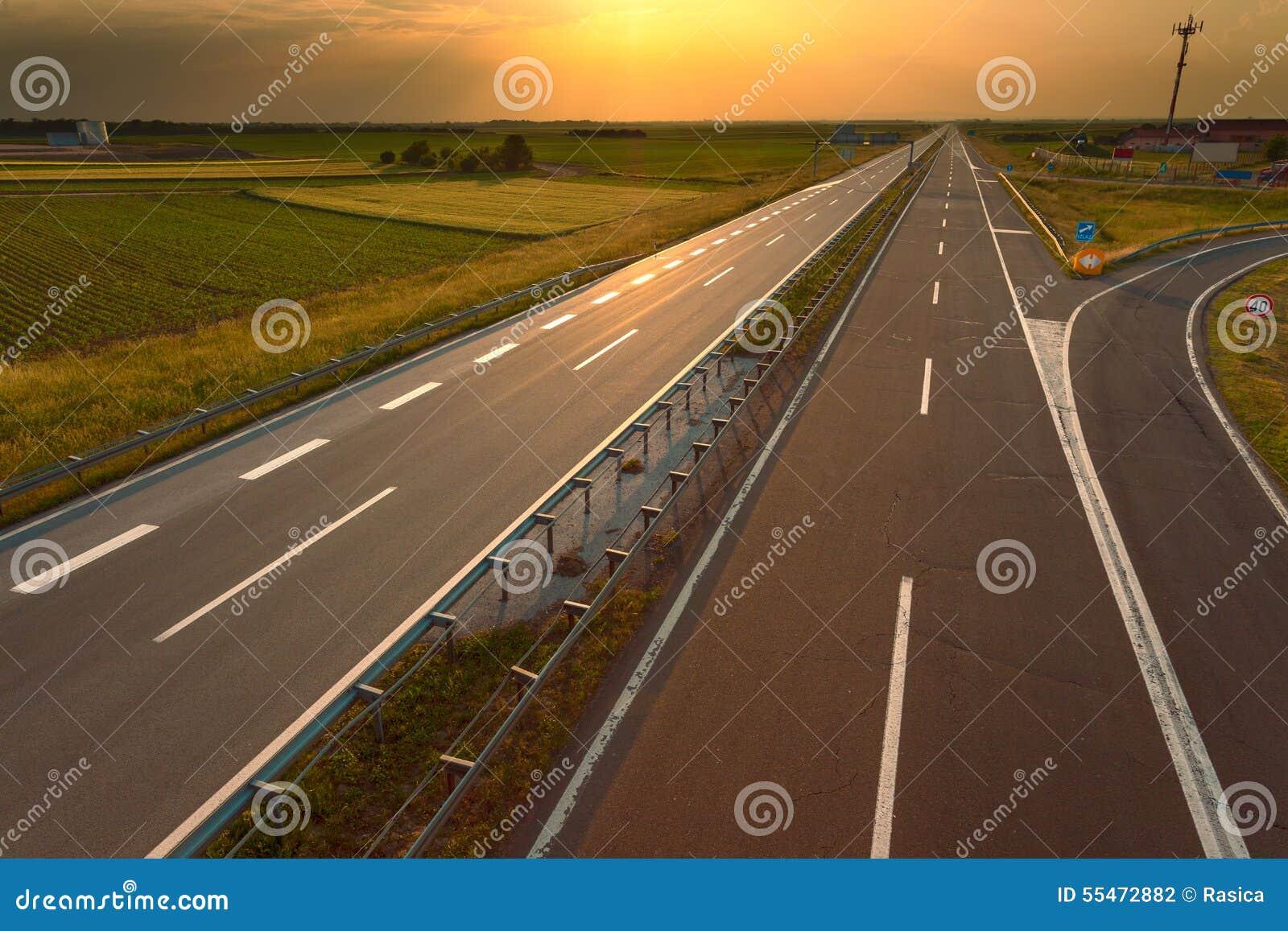 Управлять на пустом шоссе на заходе солнца