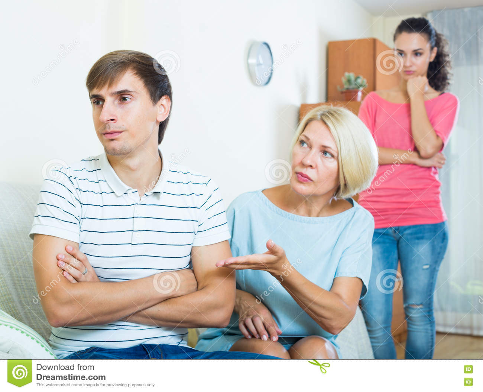 Download Упреки взрослого человека слушая от подруги и ее матери Стоковое Фото - изображение насчитывающей lifestyle, мужчина: 72298722