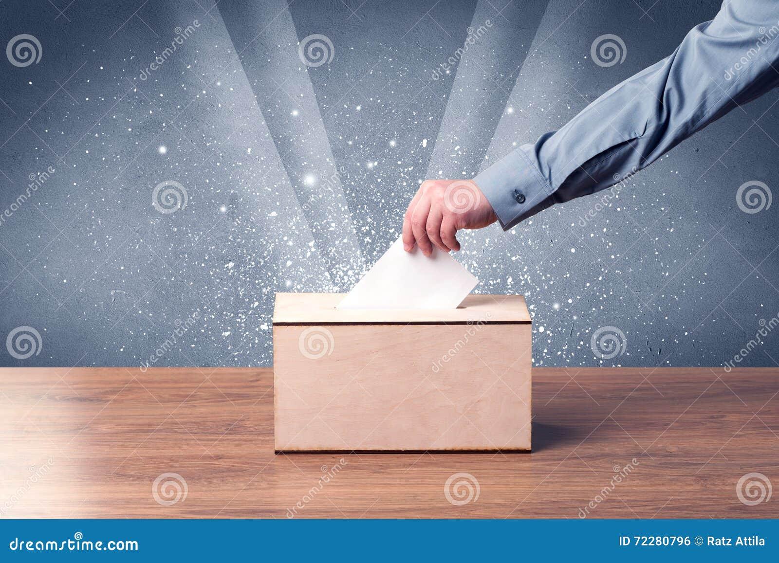 Download Урна для избирательных бюллетеней с решающим голосом персоны Стоковое Фото - изображение насчитывающей рука, выбор: 72280796