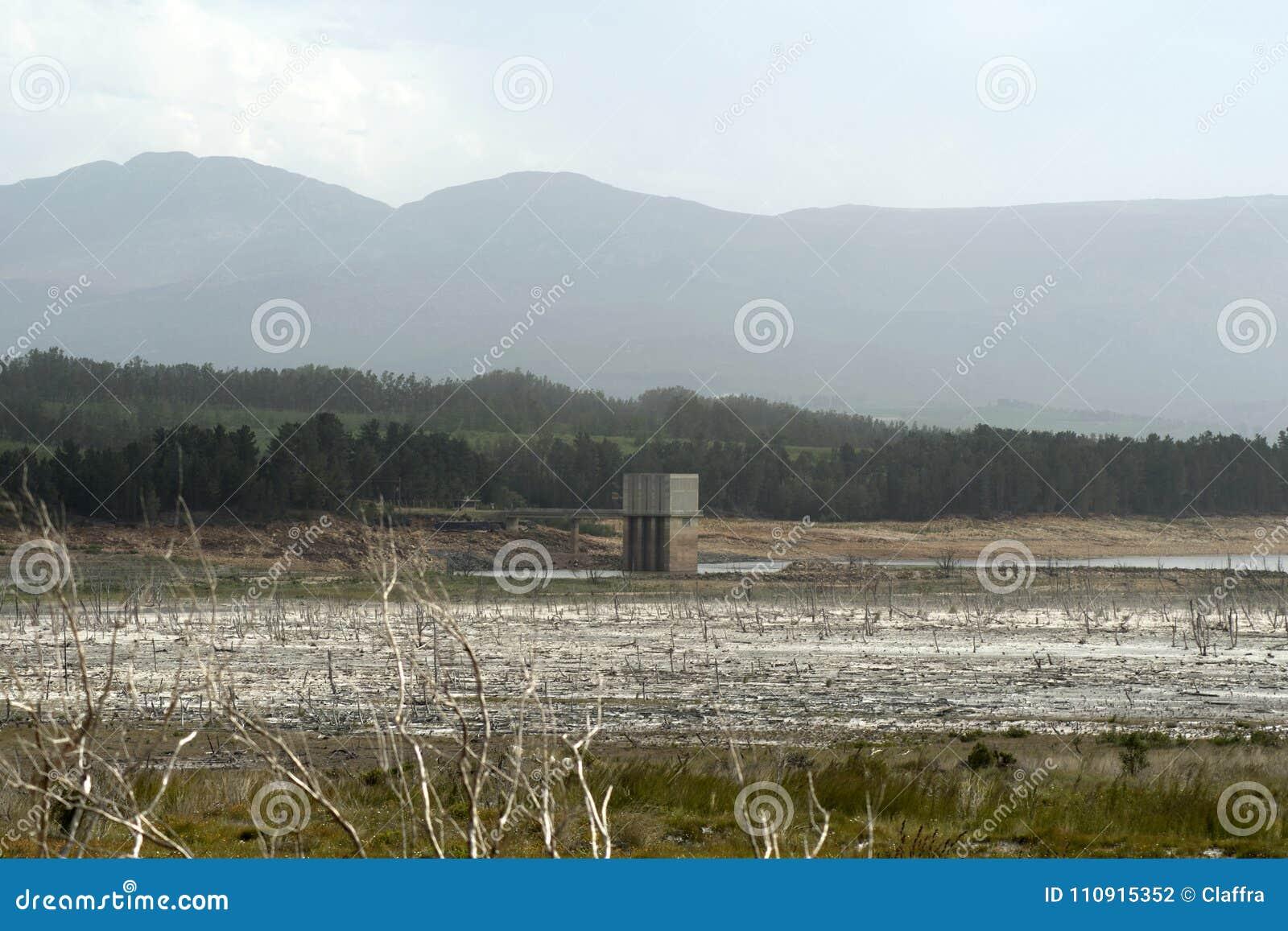 Уровни отлива в запруде Theewaterskloof, западной накидке