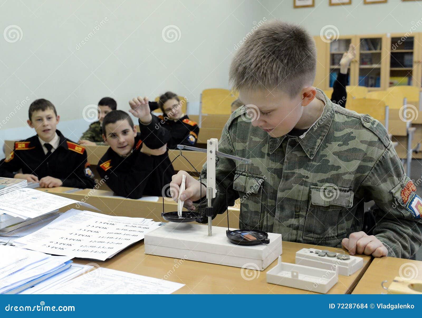 Download Урок физики в корпусе кадетов полиции Редакционное Стоковое Изображение - изображение насчитывающей красно, полиции: 72287684