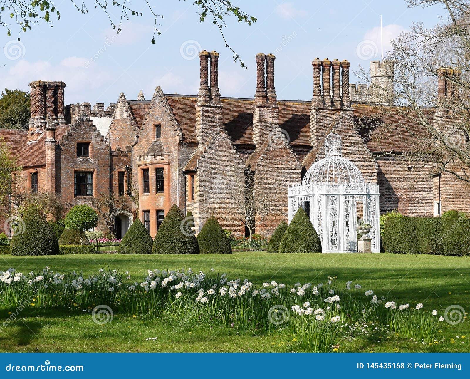 Усадьба Chenies, ранг Tudor я перечислил здание, в весеннем времени