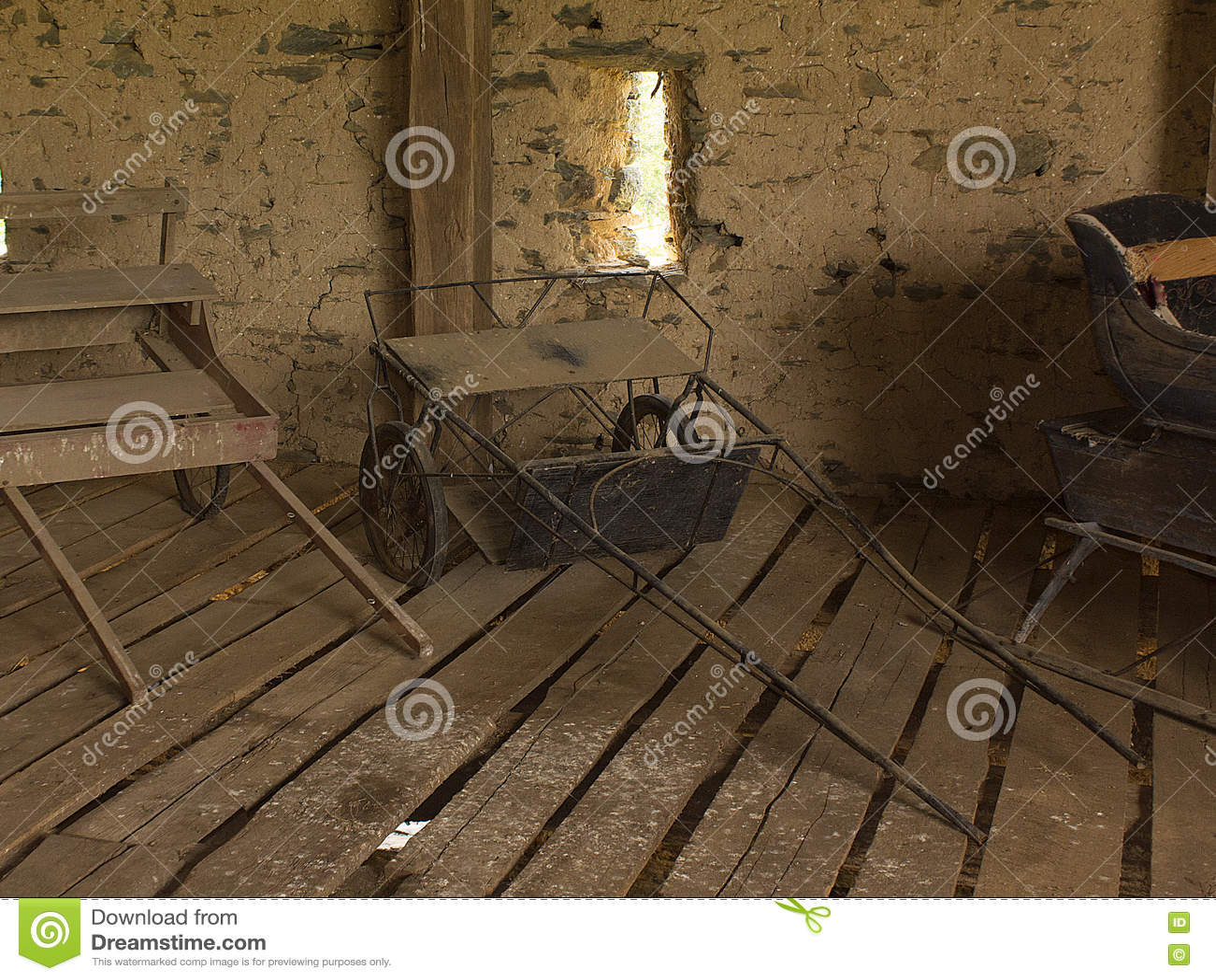 Усаживание лошадиных скачек sulky в старом амбаре