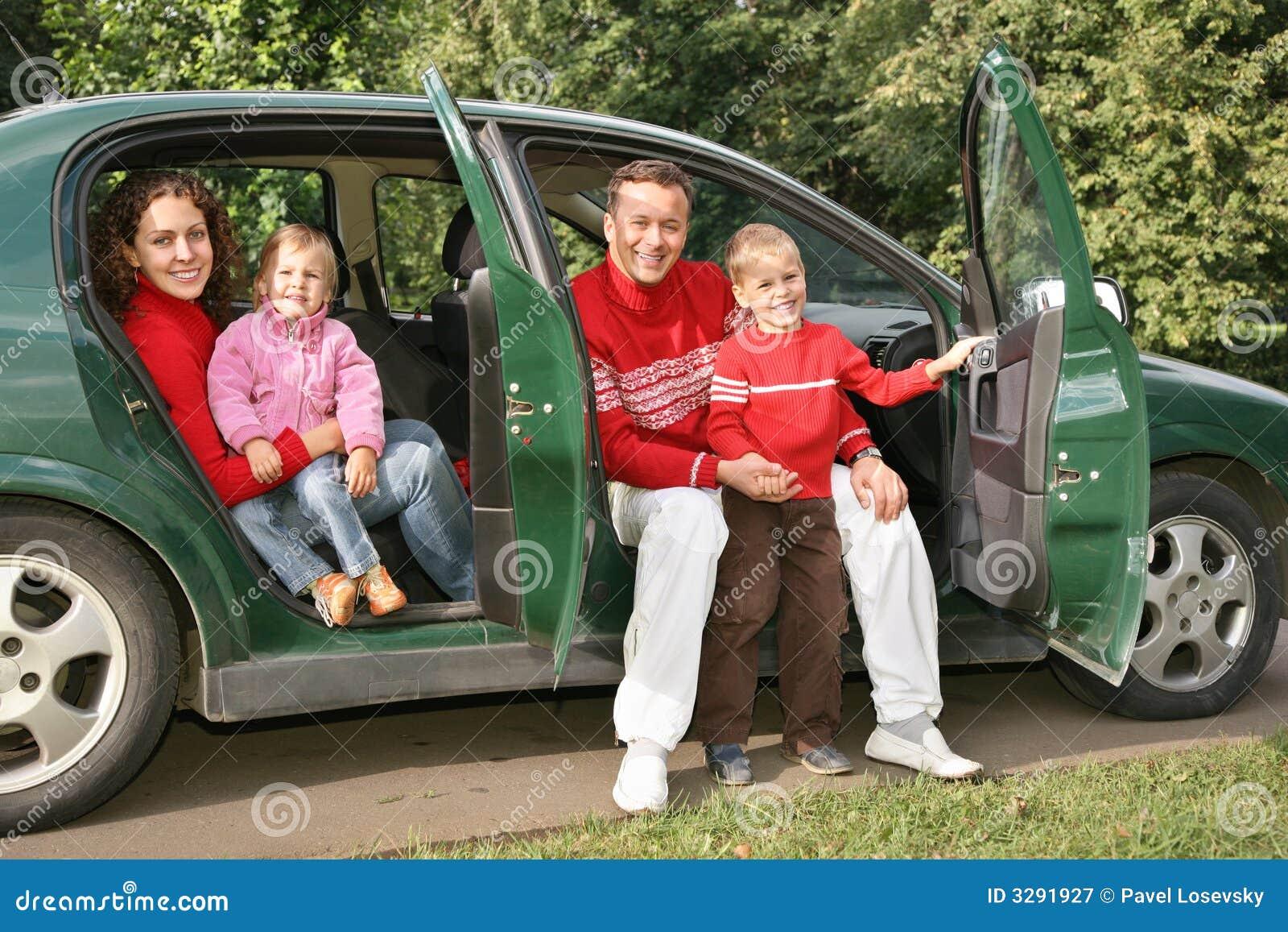 усаживание семьи автомобиля