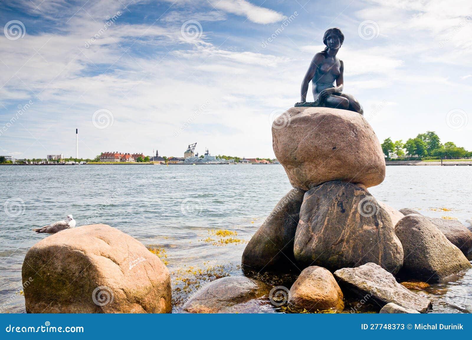 Усаживание статуи девушки