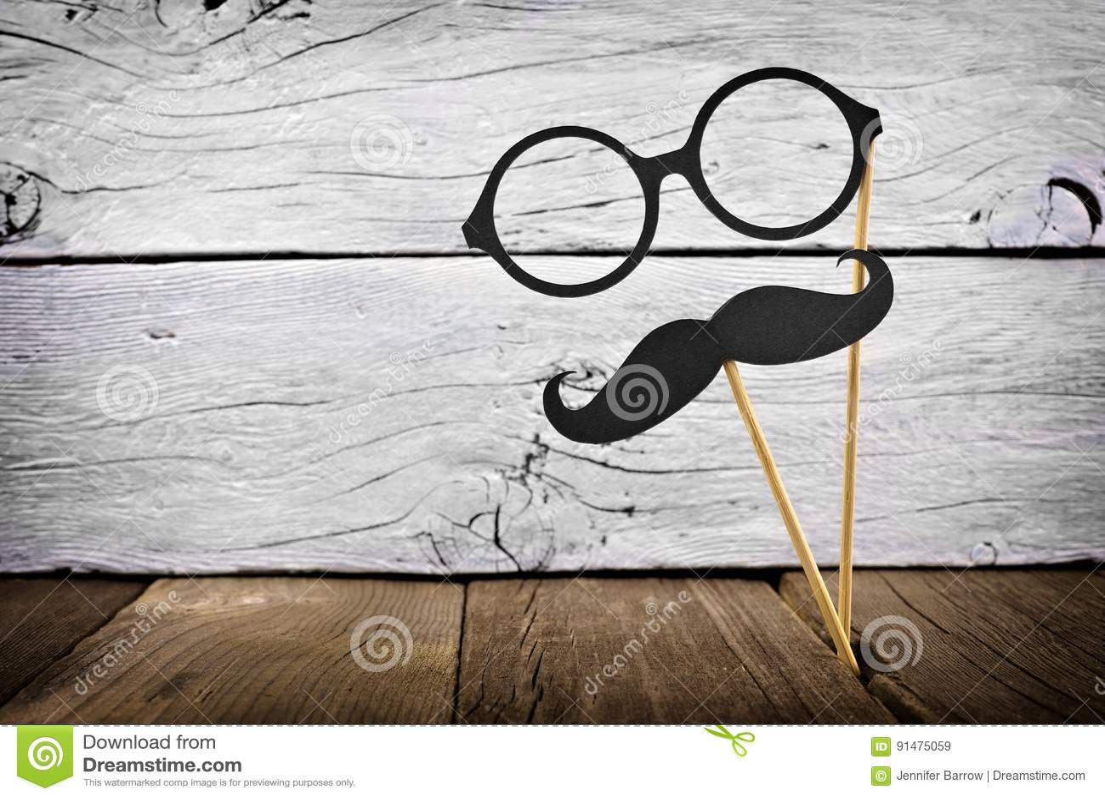 Усик и стекла на ручках против деревенской белой древесины