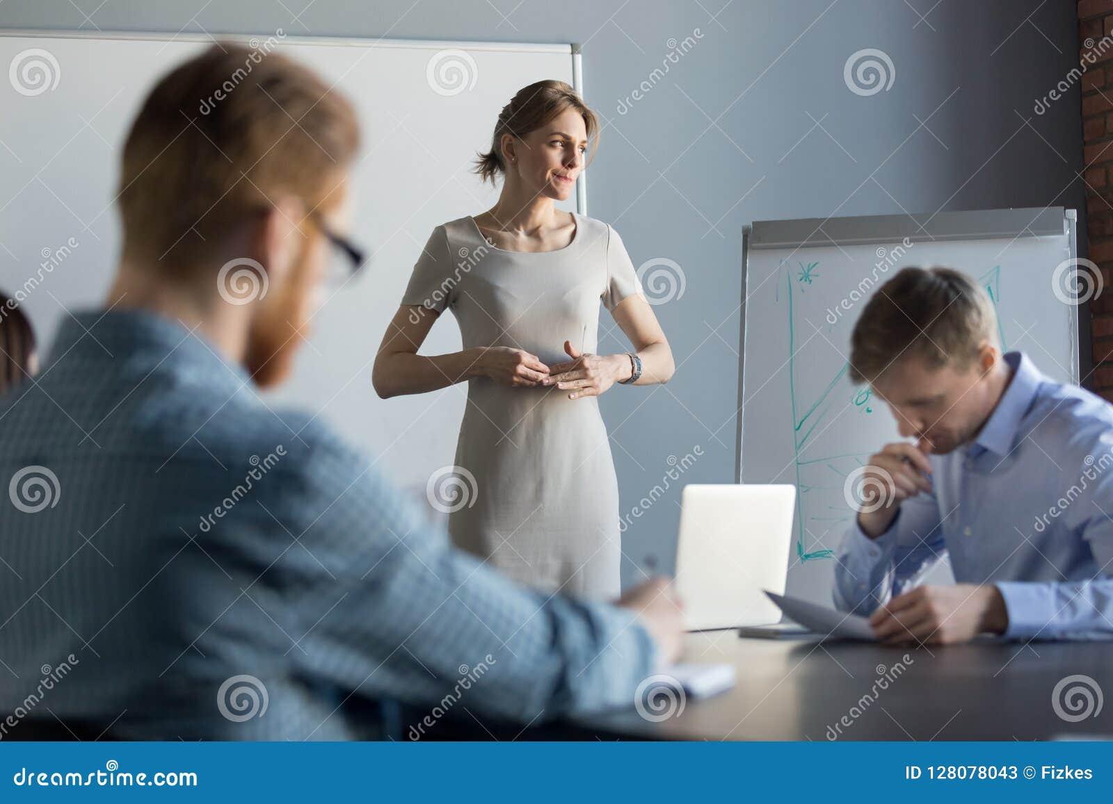 Усиленная бизнес-леди чувствуя слабонервный думать проблемы на m