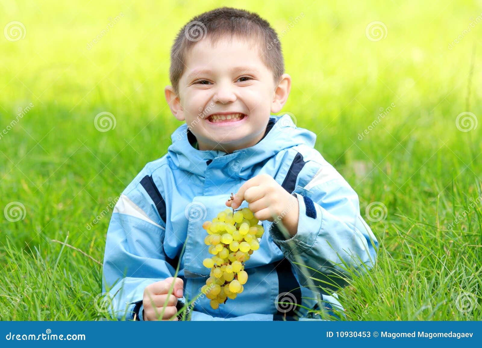 усмехаться виноградин мальчика toothy