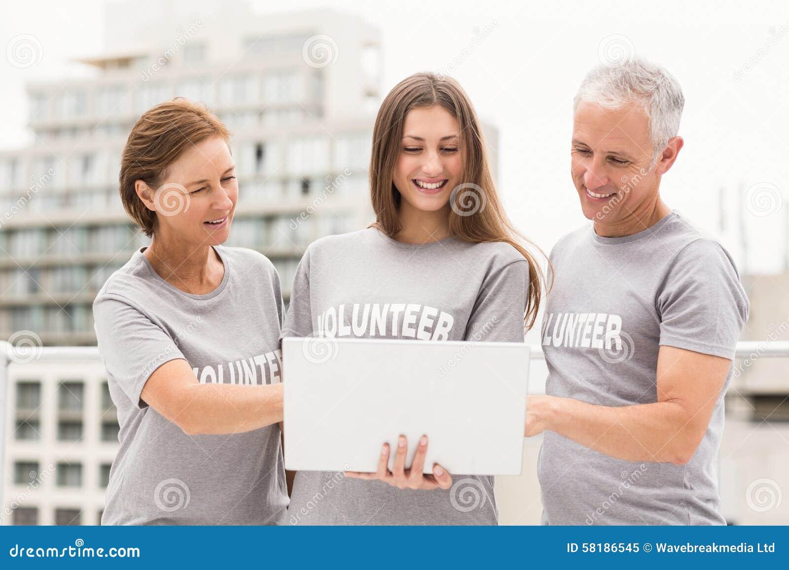 Усмехаться вызывается добровольцем использующ компьтер-книжку совместно