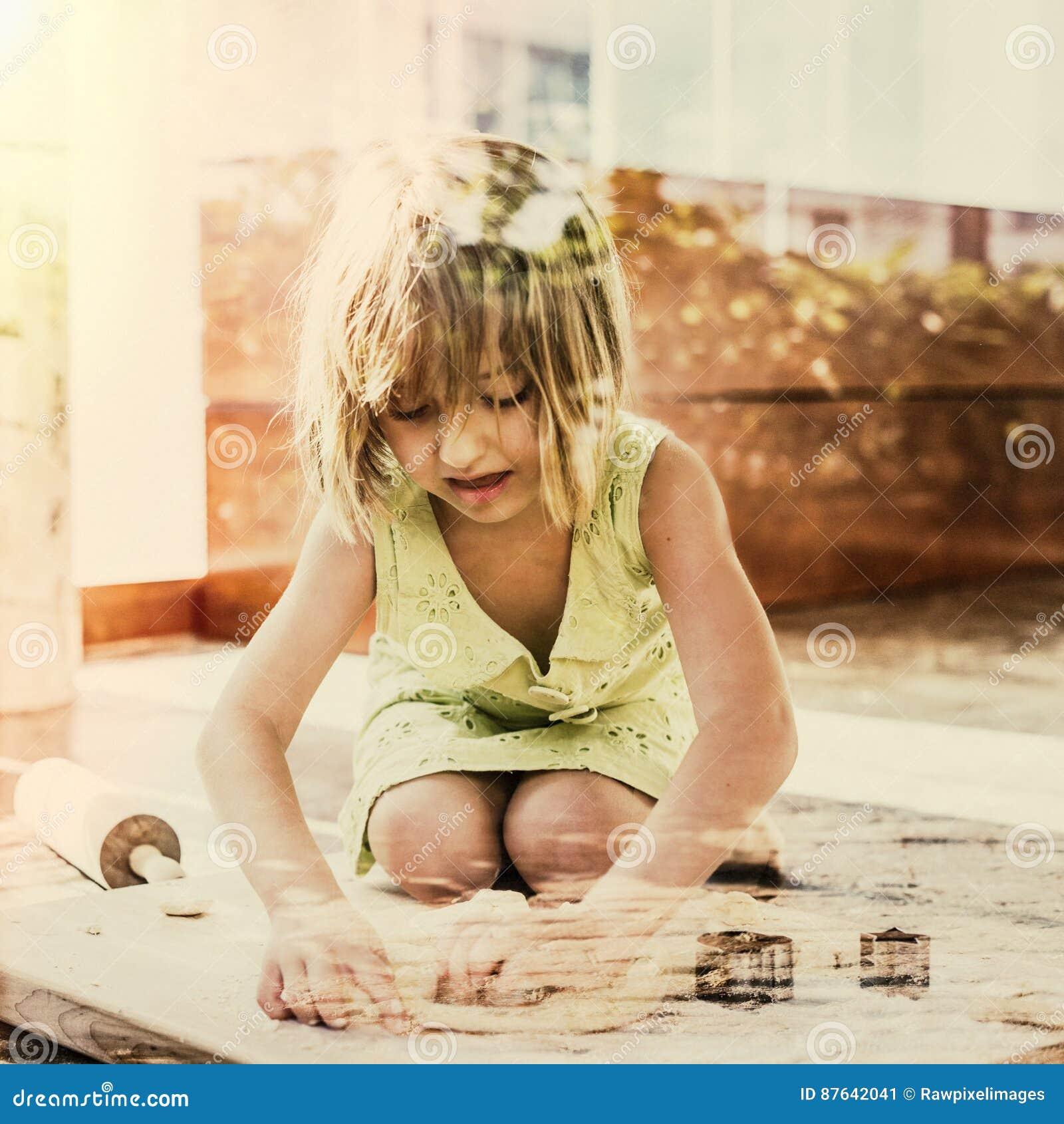 Усмехаться маленькой девочки печет концепцию печенья