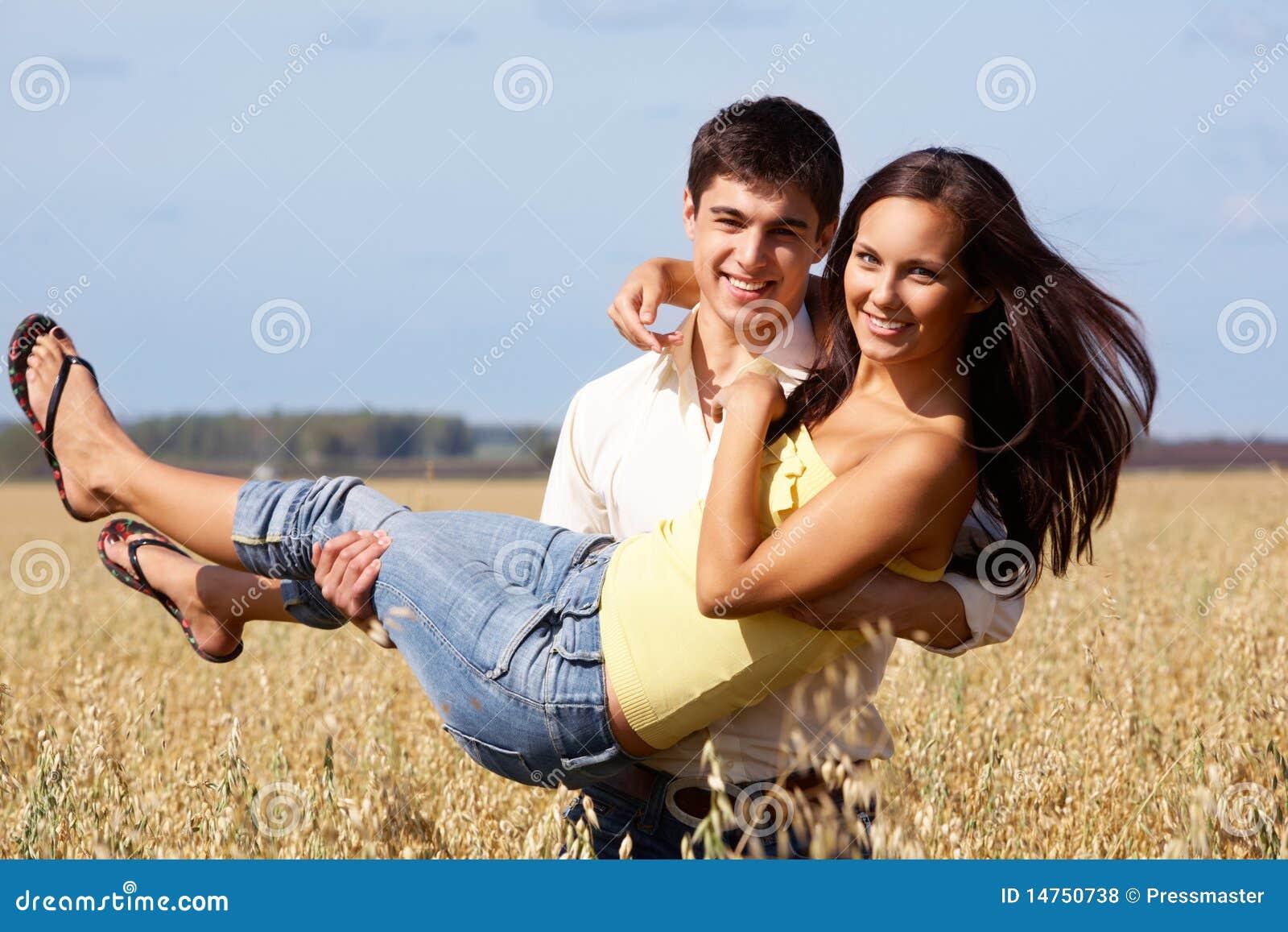 Как парень носит девушку на руках фото