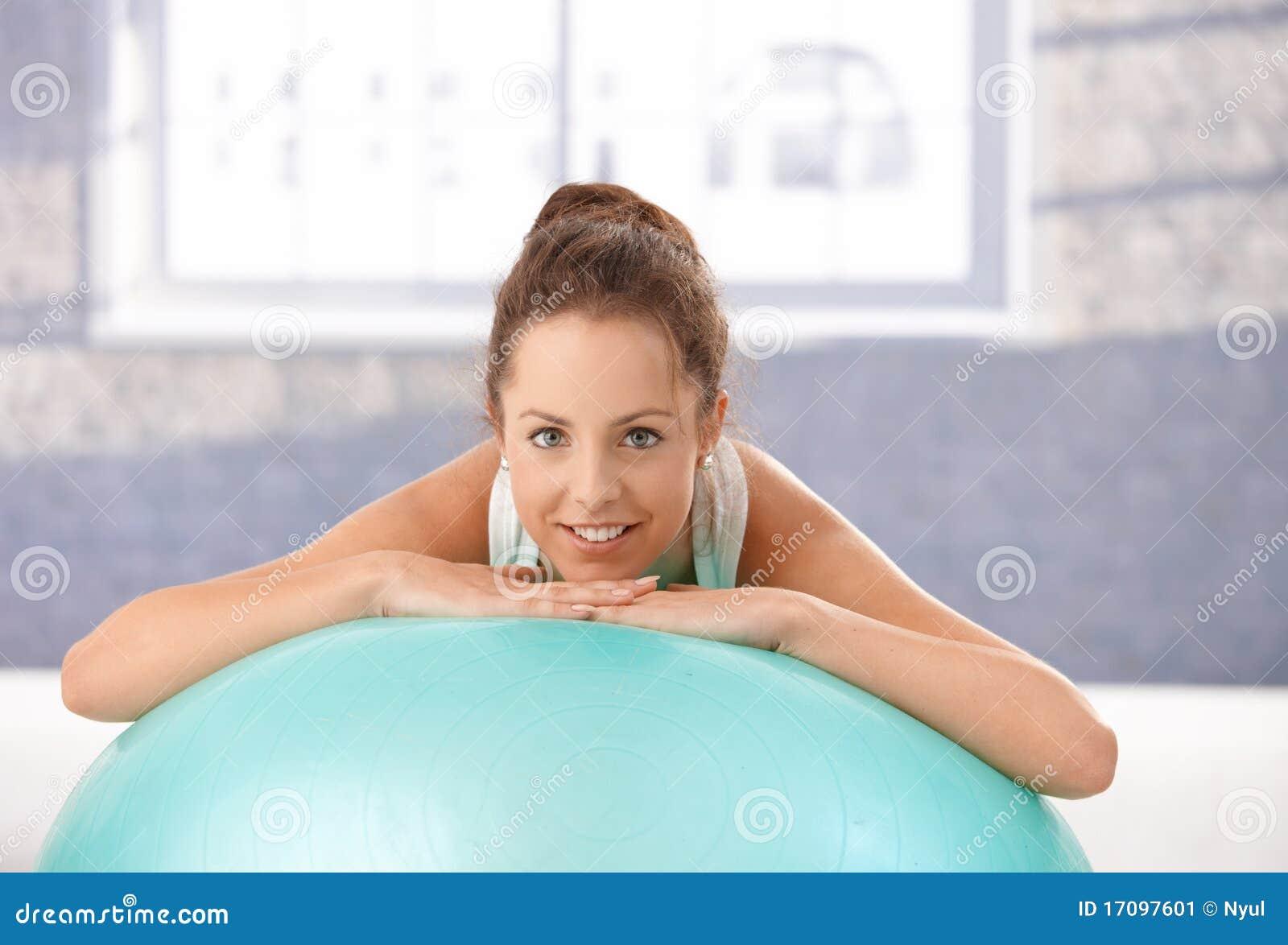 усмехаться привлекательного женского fitball полагаясь