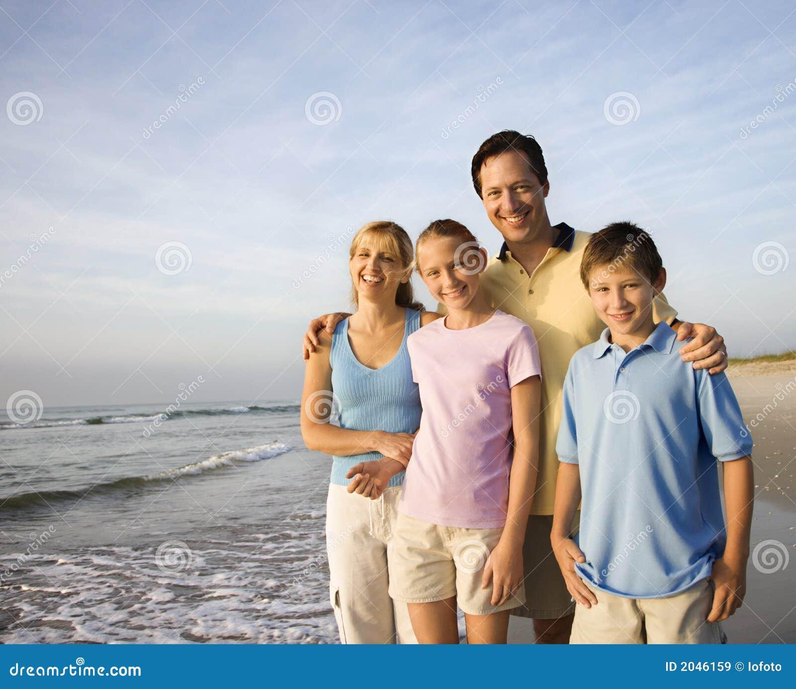 усмехаться семьи пляжа