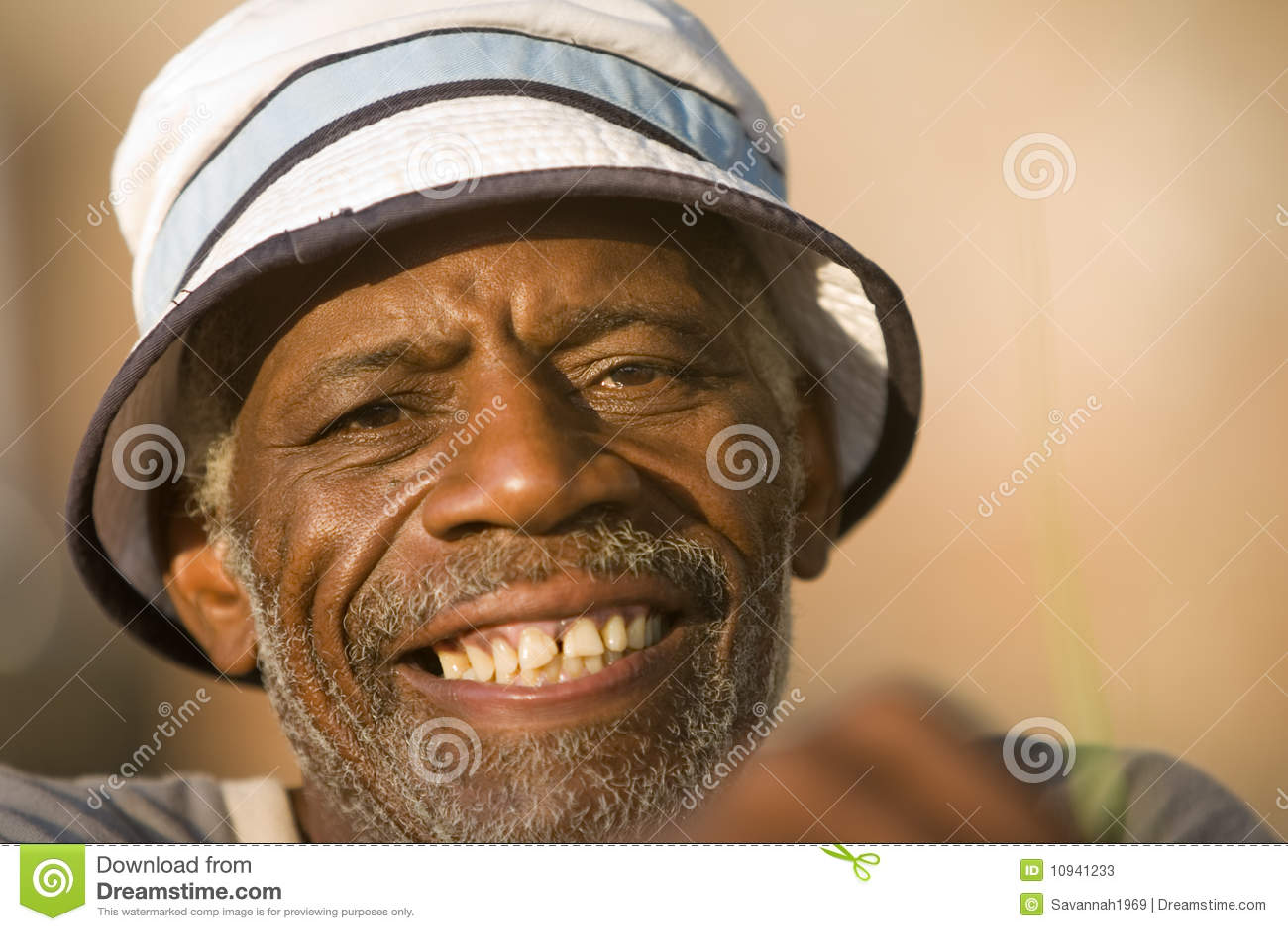 усмехаться человека афроамериканца более старый