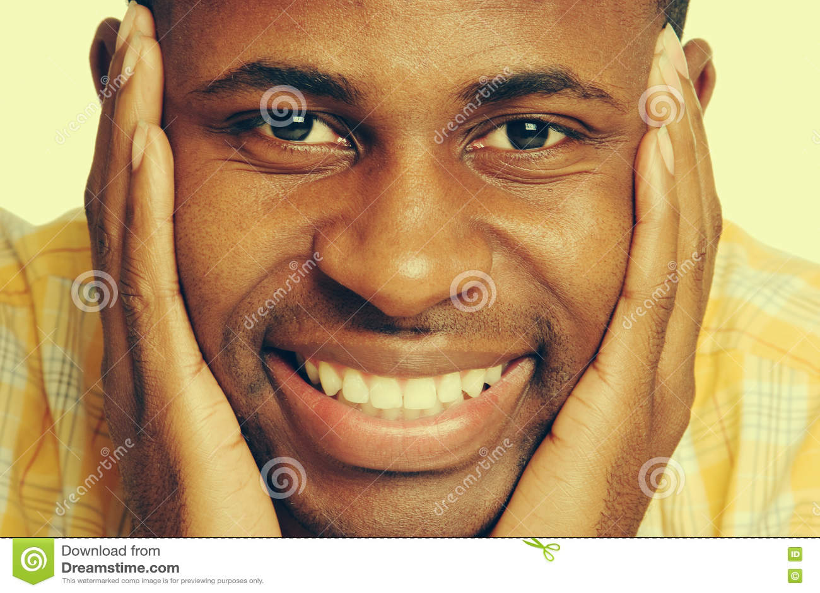 усмехаться чернокожего человек
