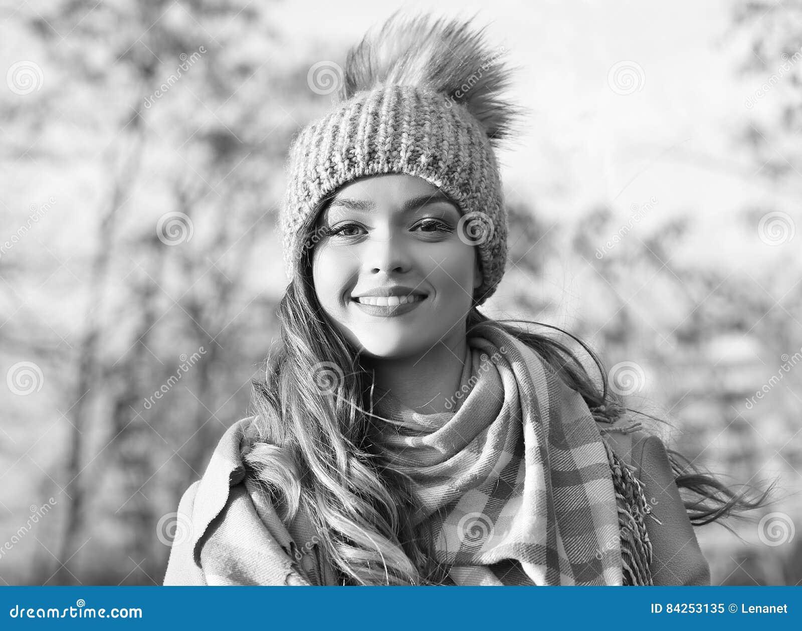 Усмехаться черно-белый