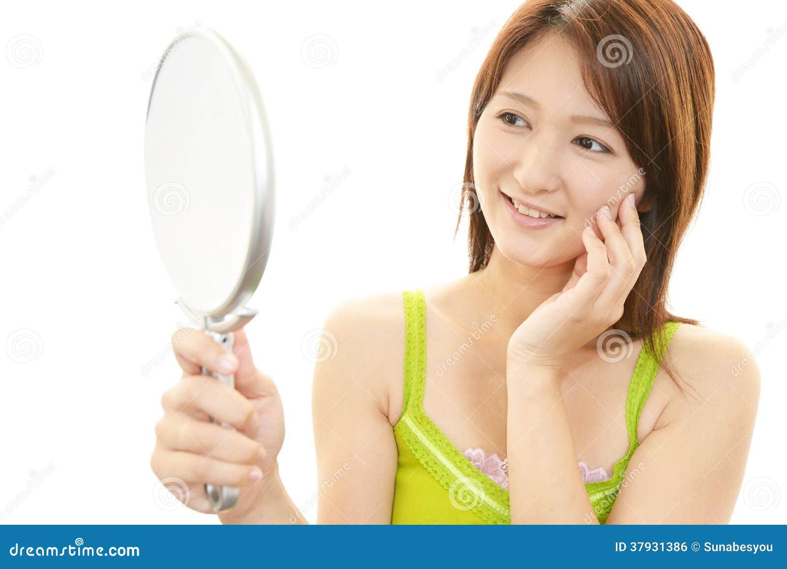 Усмехаясь азиатская женщина