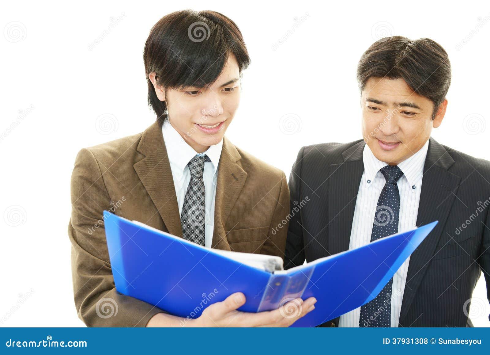 Усмехаясь азиатские бизнесмены