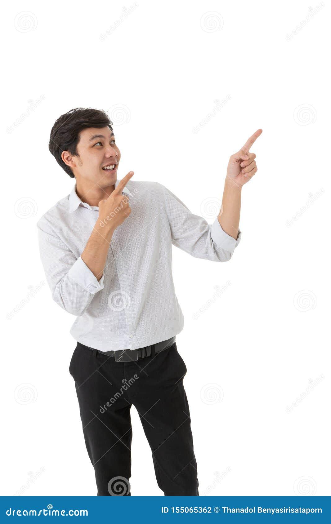 Усмехаясь азиатский человек смотря и указывать изолированный на белой предпосылке