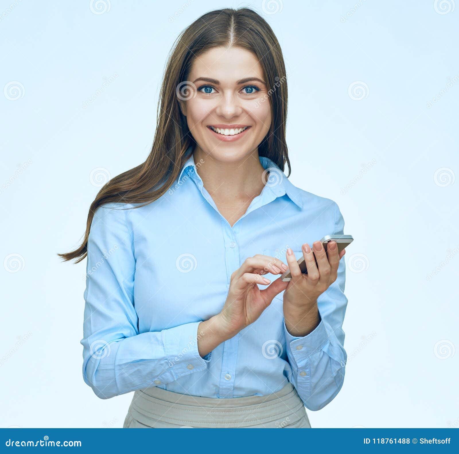 Усмехаясь бизнес-леди используя портрет изолированный мобильным телефоном