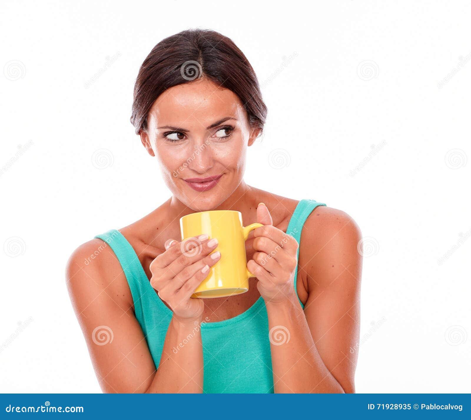Усмехаясь брюнет с кружкой кофе