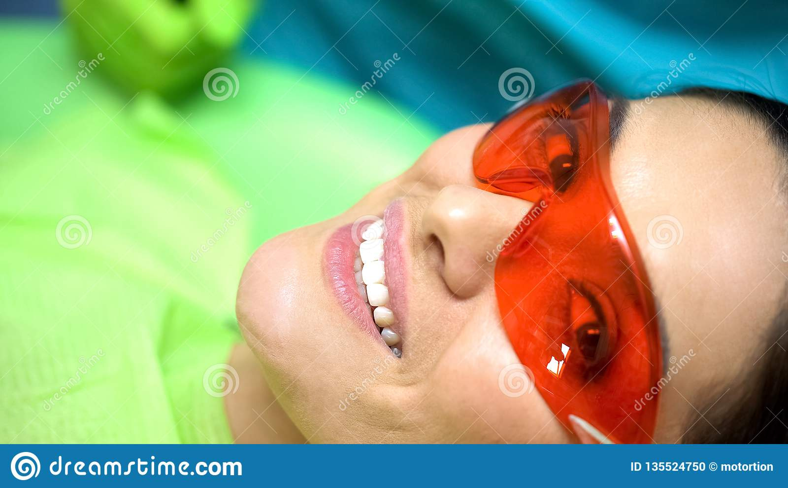 Усмехаясь дама удовлетворяемая с профессионализмом дантиста, зубоврачеванием для откалыванного зуба