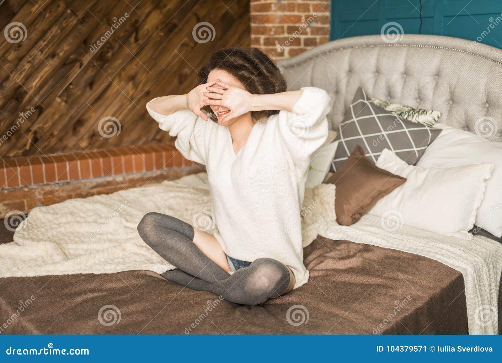 Здоровый повалил ее на кровать