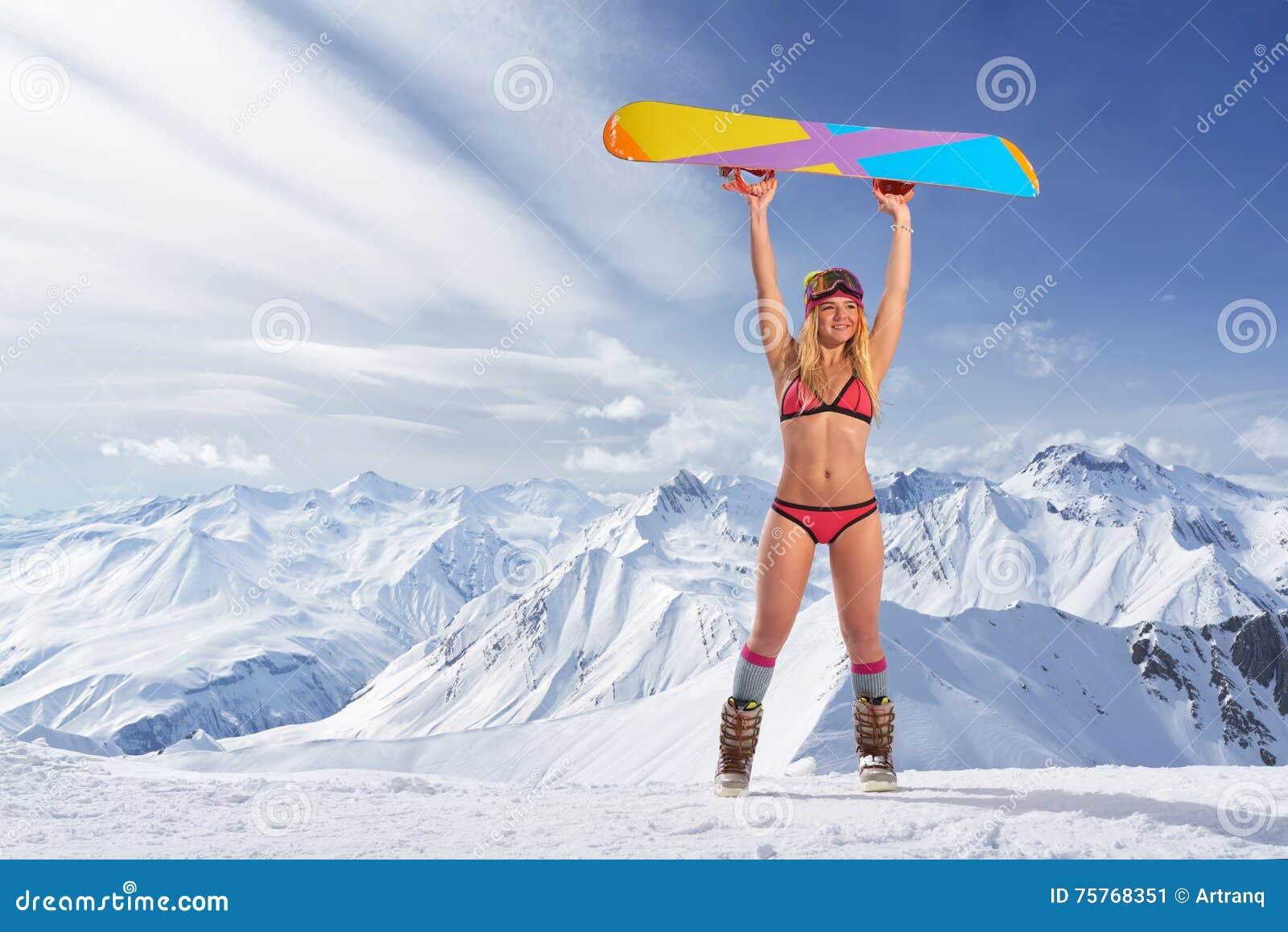 Сексуальная девушка в бикини на сноуборде