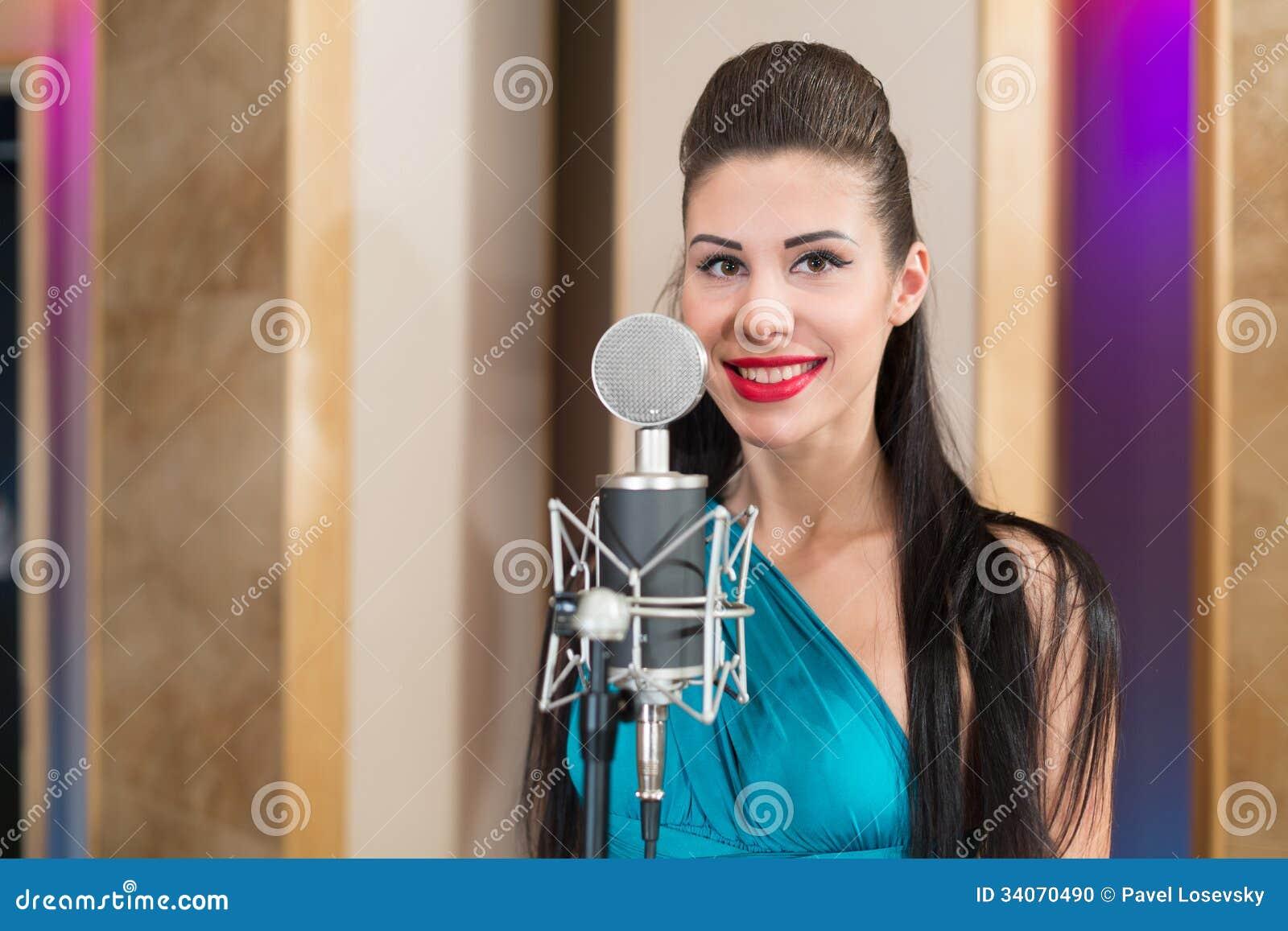 Девушка с красными губами поет