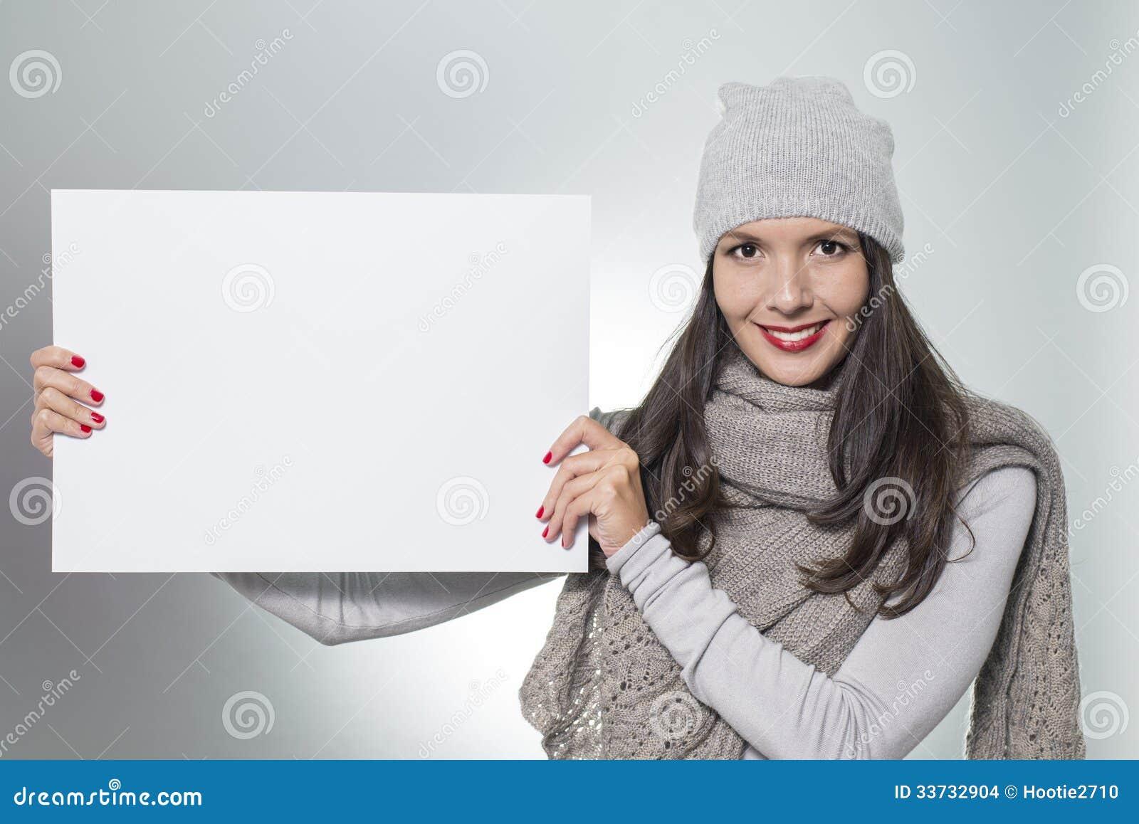 Усмехаясь женщина держа пустой знак