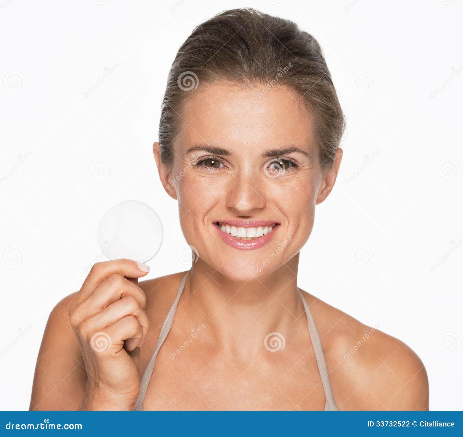 Усмехаясь женщина показывая пусковую площадку хлопка