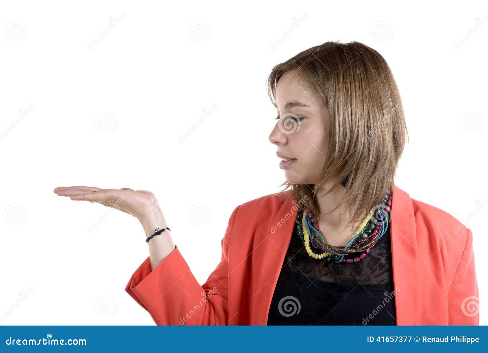Усмехаясь молодая женщина одетая в пинке