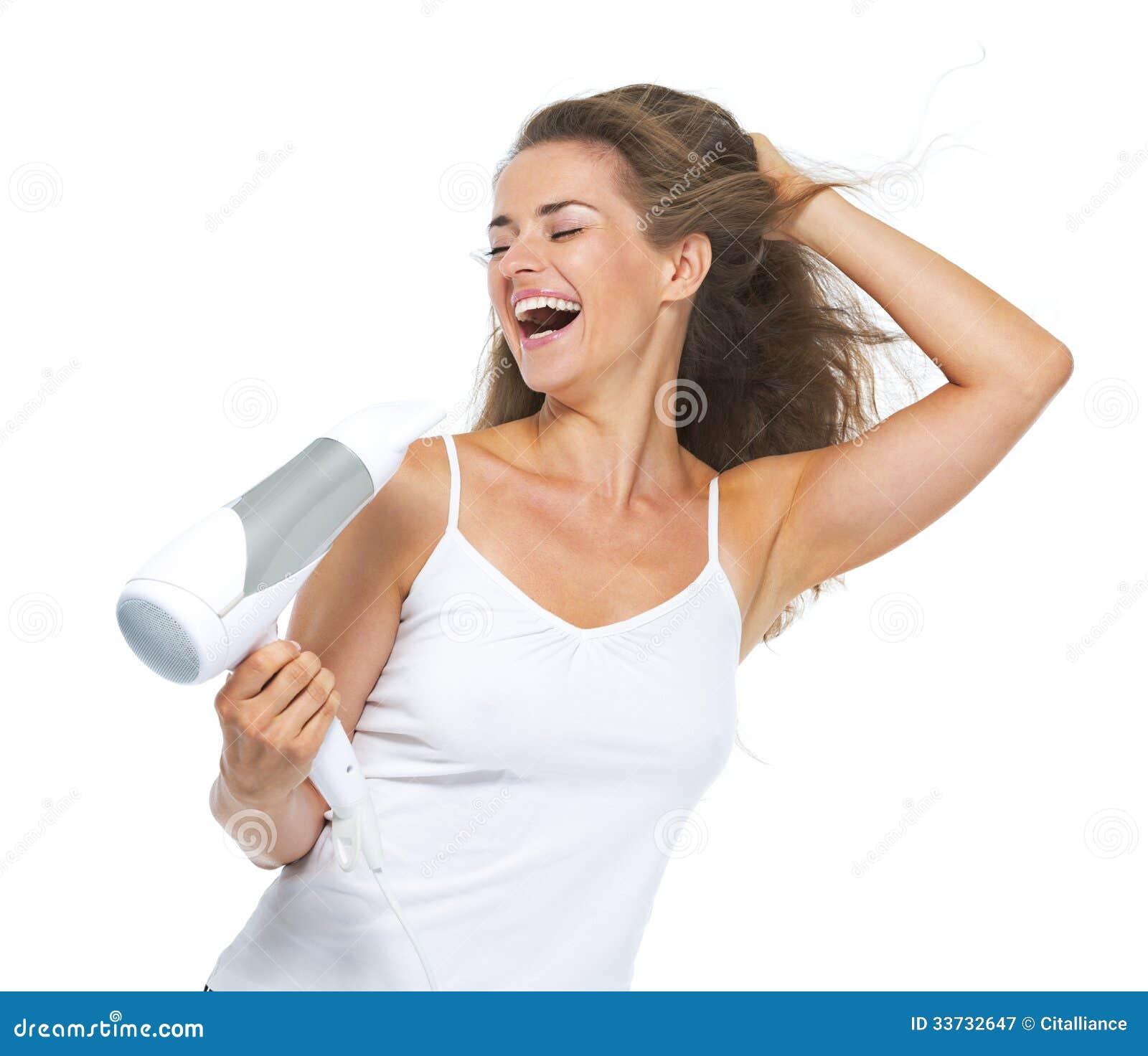 Усмехаясь молодая женщина поя пока высушивать