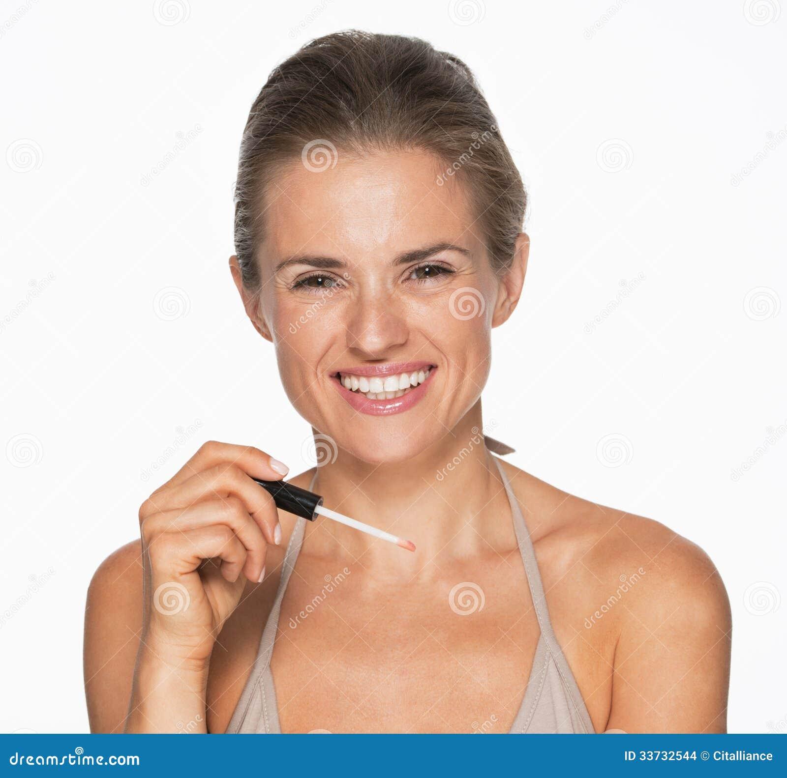 Усмехаясь молодая женщина с лоском губы
