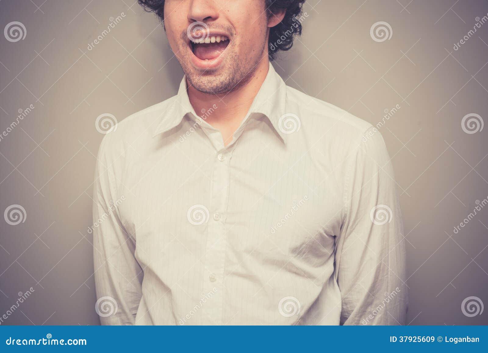 Усмехаясь молодой человек