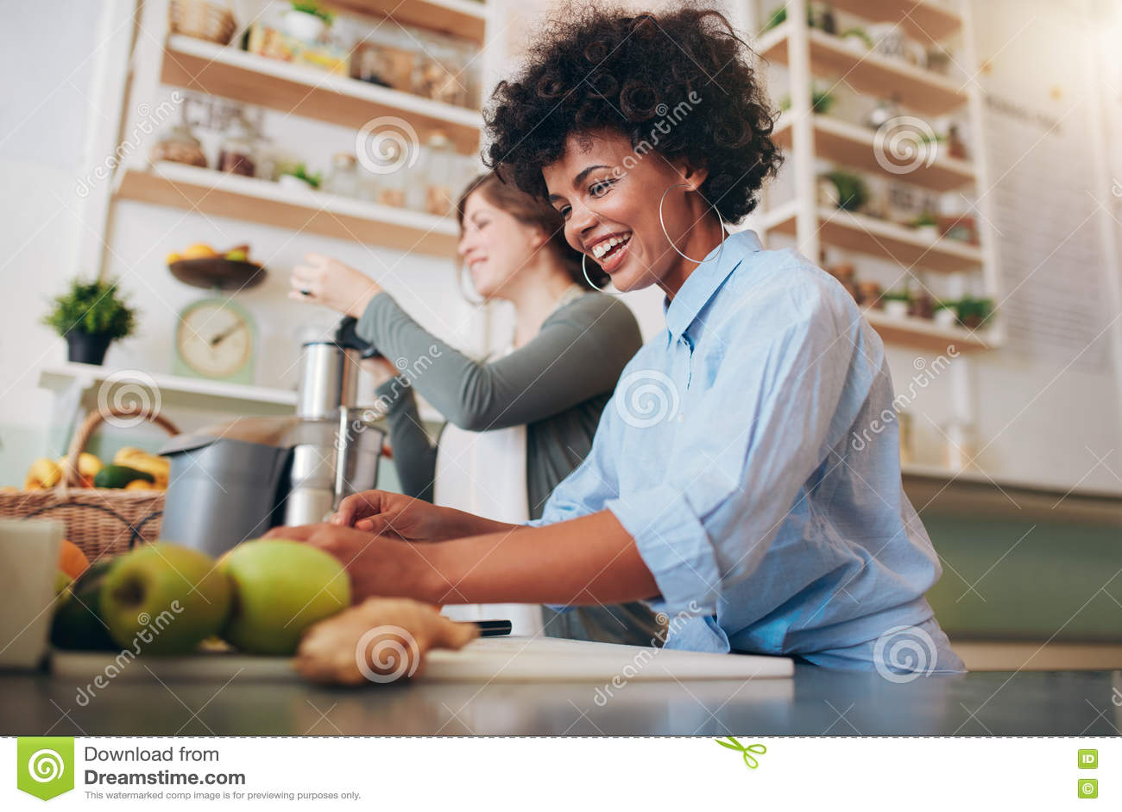 Усмехаясь молодые работники работая на баре сока