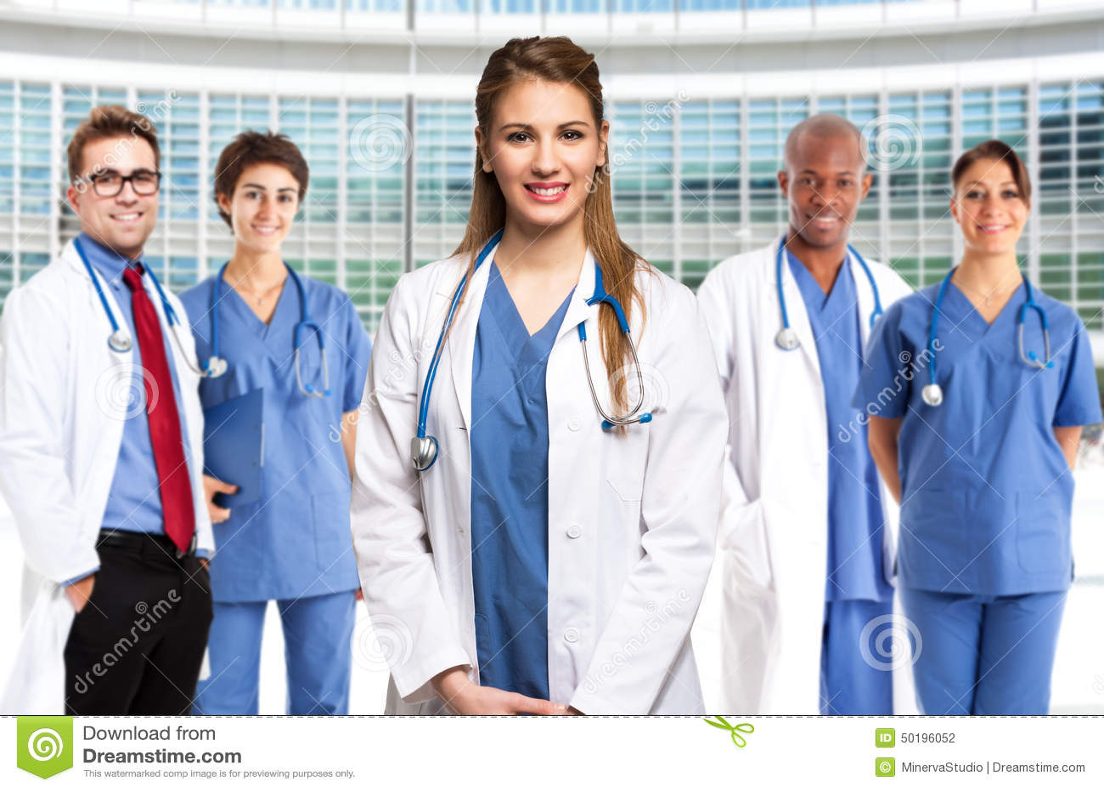 Усмехаясь доктор перед ее медицинской бригадой