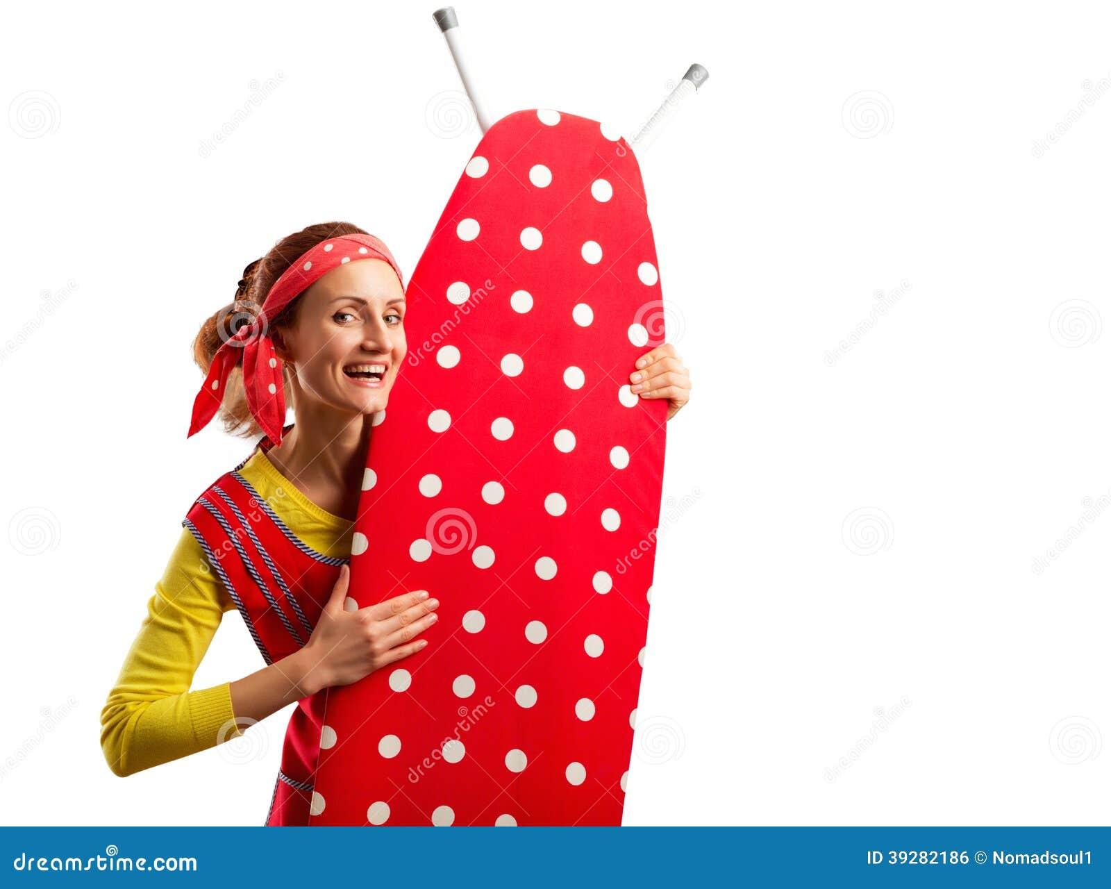 Усмехаясь домохозяйка с утюжить-доской