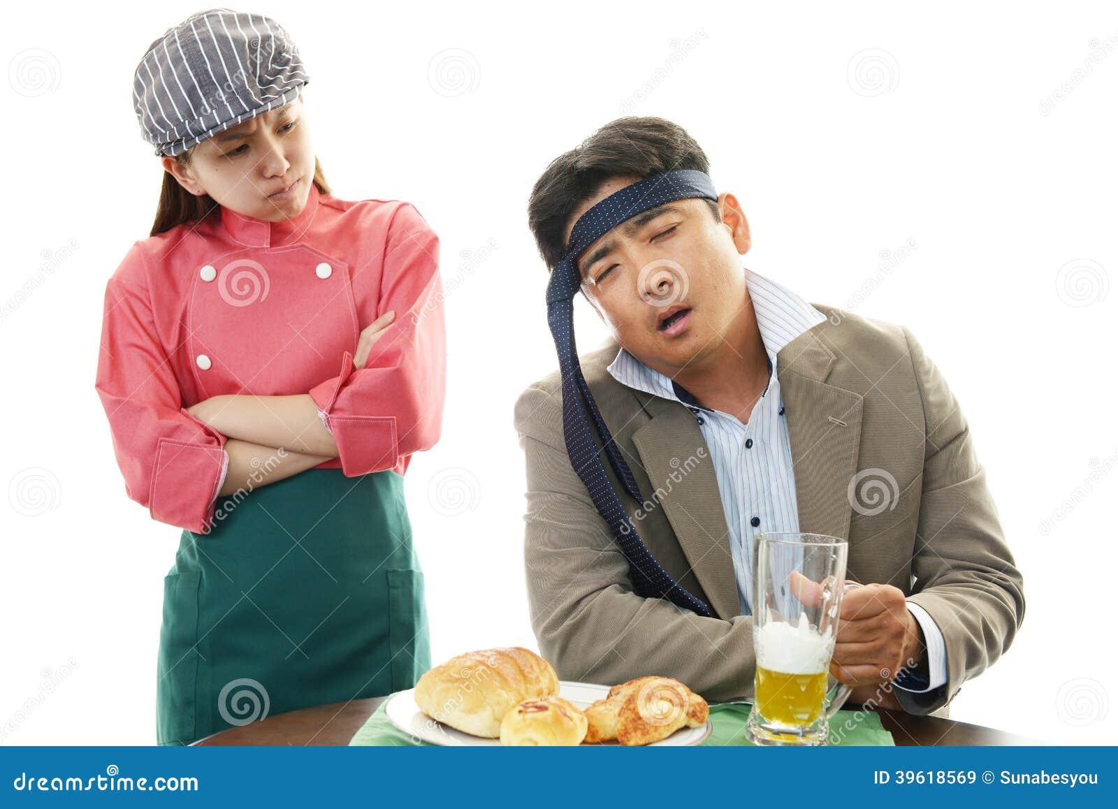 Усмехаясь официантка и пьяный клиент