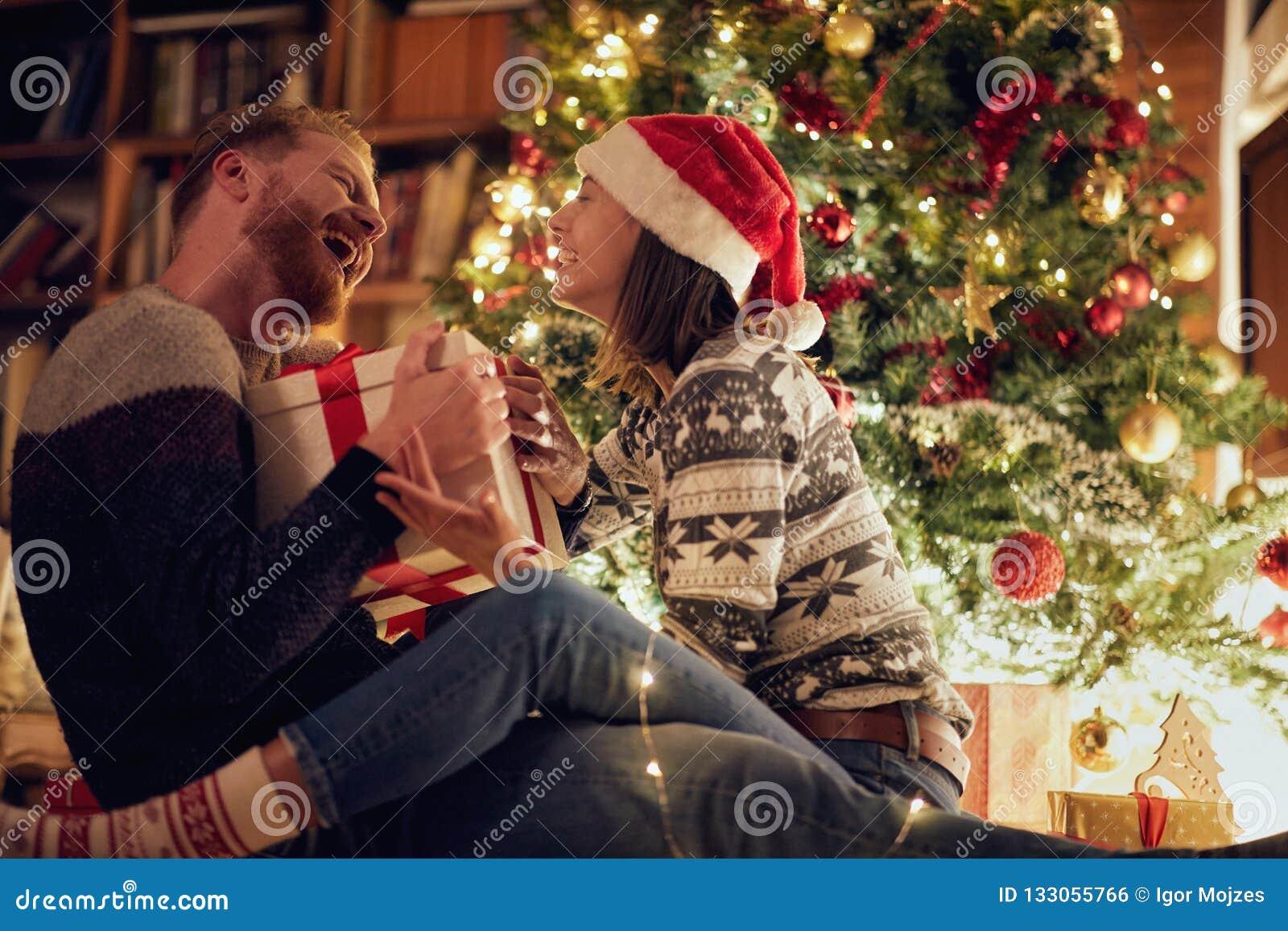 Усмехаясь пары рождества наслаждаясь в праздниках