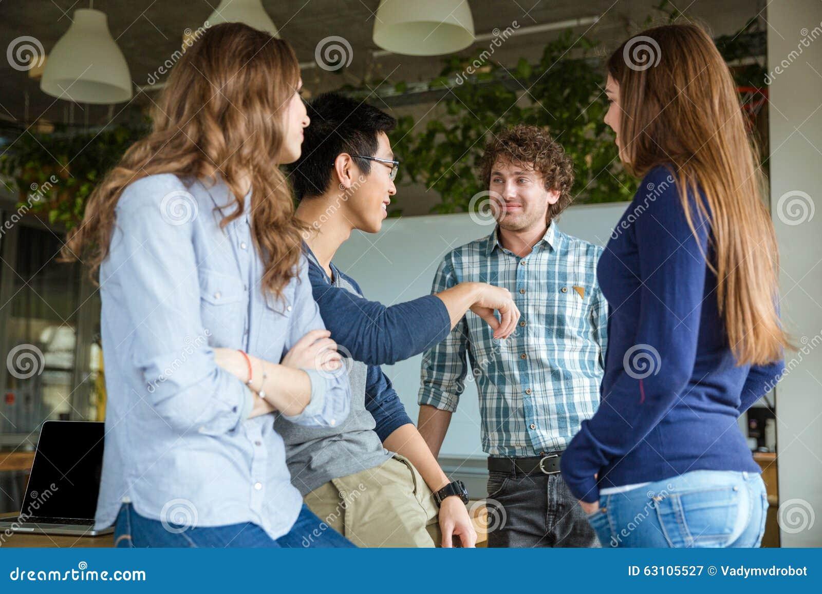Усмехаясь переговор enjoyng студентов в классе