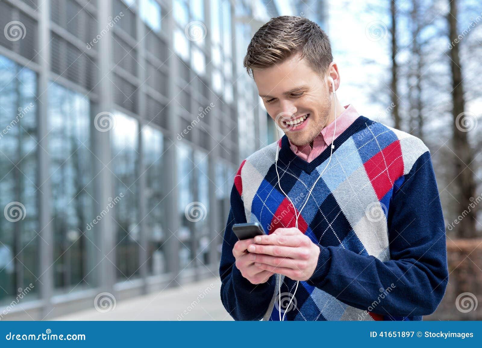 Усмехаясь питьевая вода молодого человека в ресторане