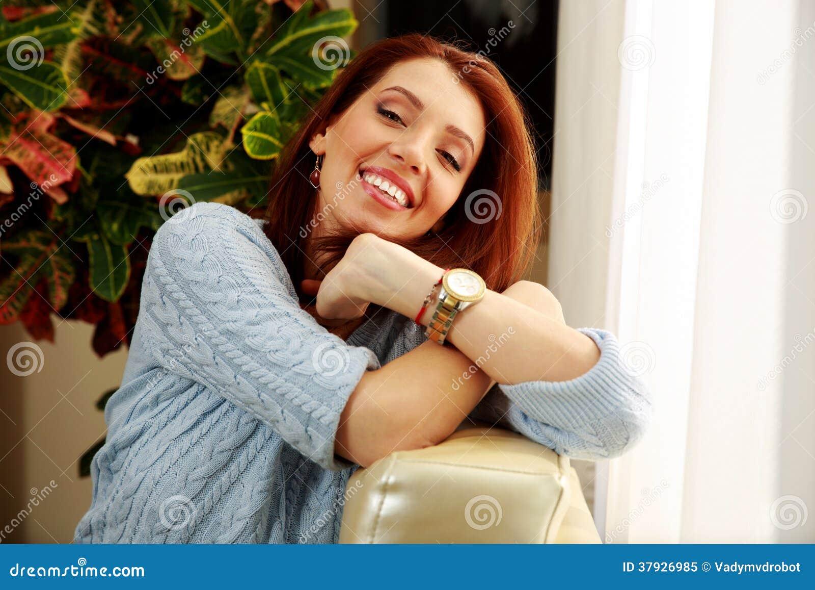 Усмехаясь склонность женщины на софе