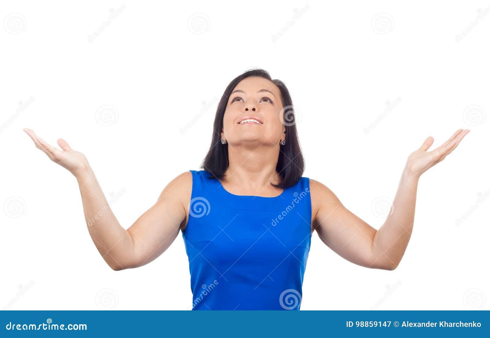 Усмехаясь счастливая красивая молодая женщина смотря вверх с оружиями Outstre