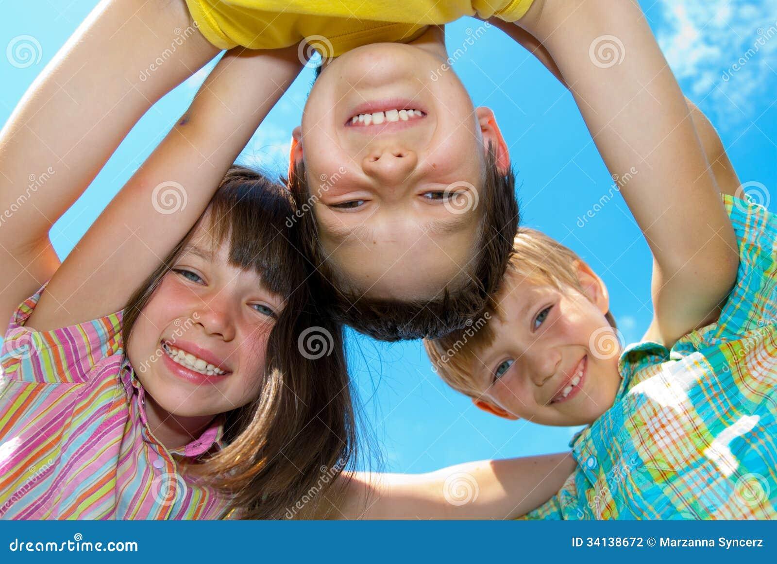 Усмехаясь счастливые дети