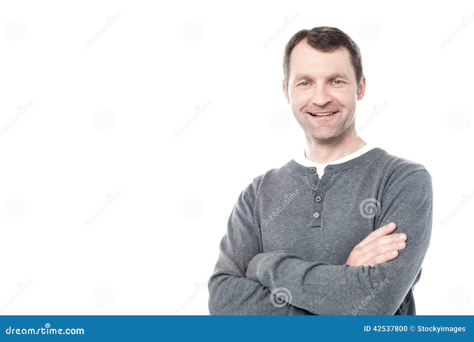 Усмехаясь человек постаретый серединой изолированный на белизне