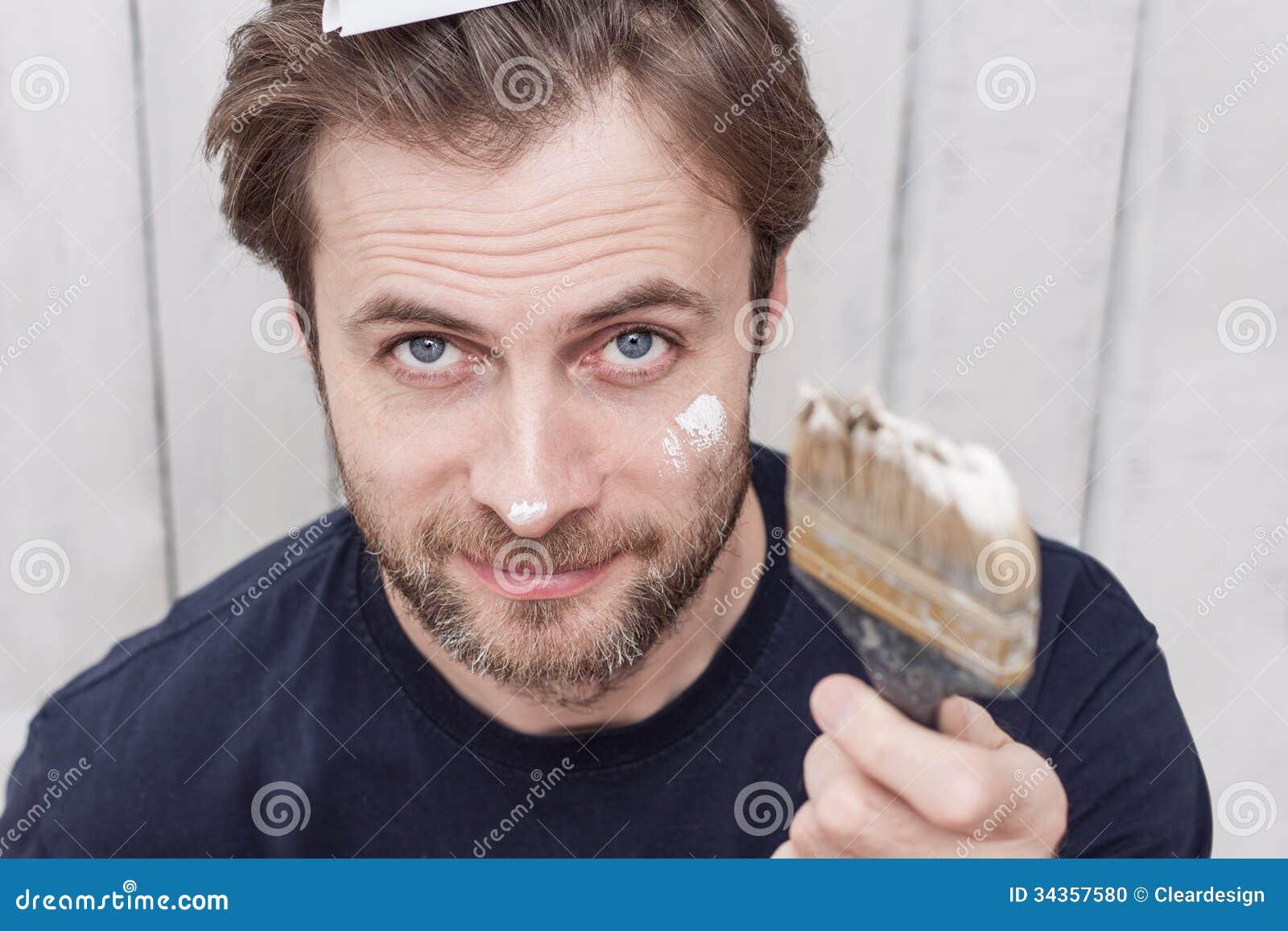 Усмехаясь человек с кистью - реновацией