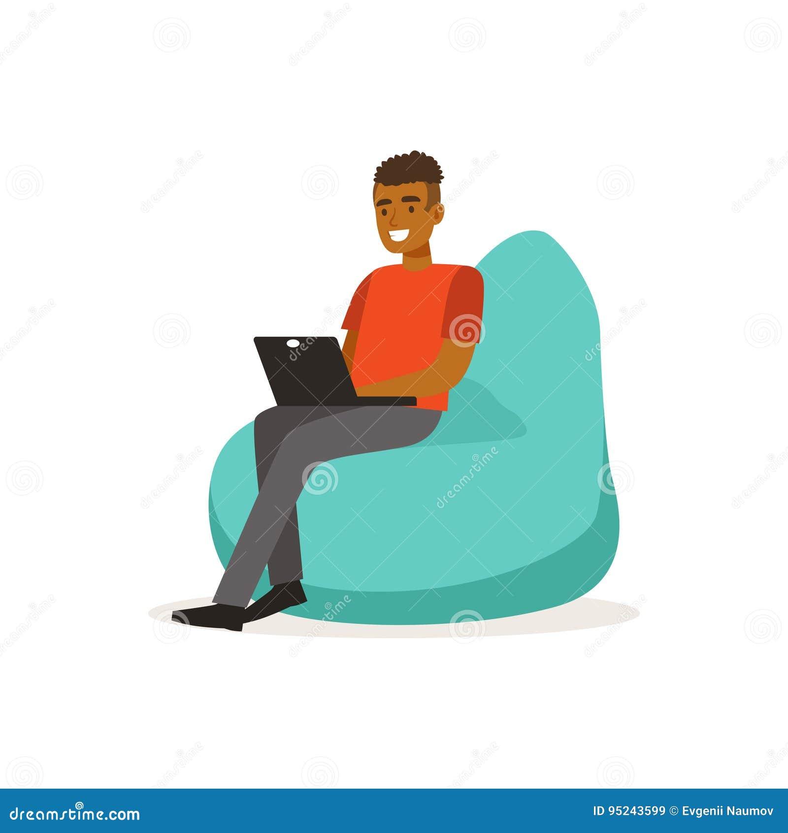 Усмехаясь шлихта человека вскользь, усаживание на стуле сумки фасоли и деятельность с компьтер-книжкой, coworking иллюстрацией ве
