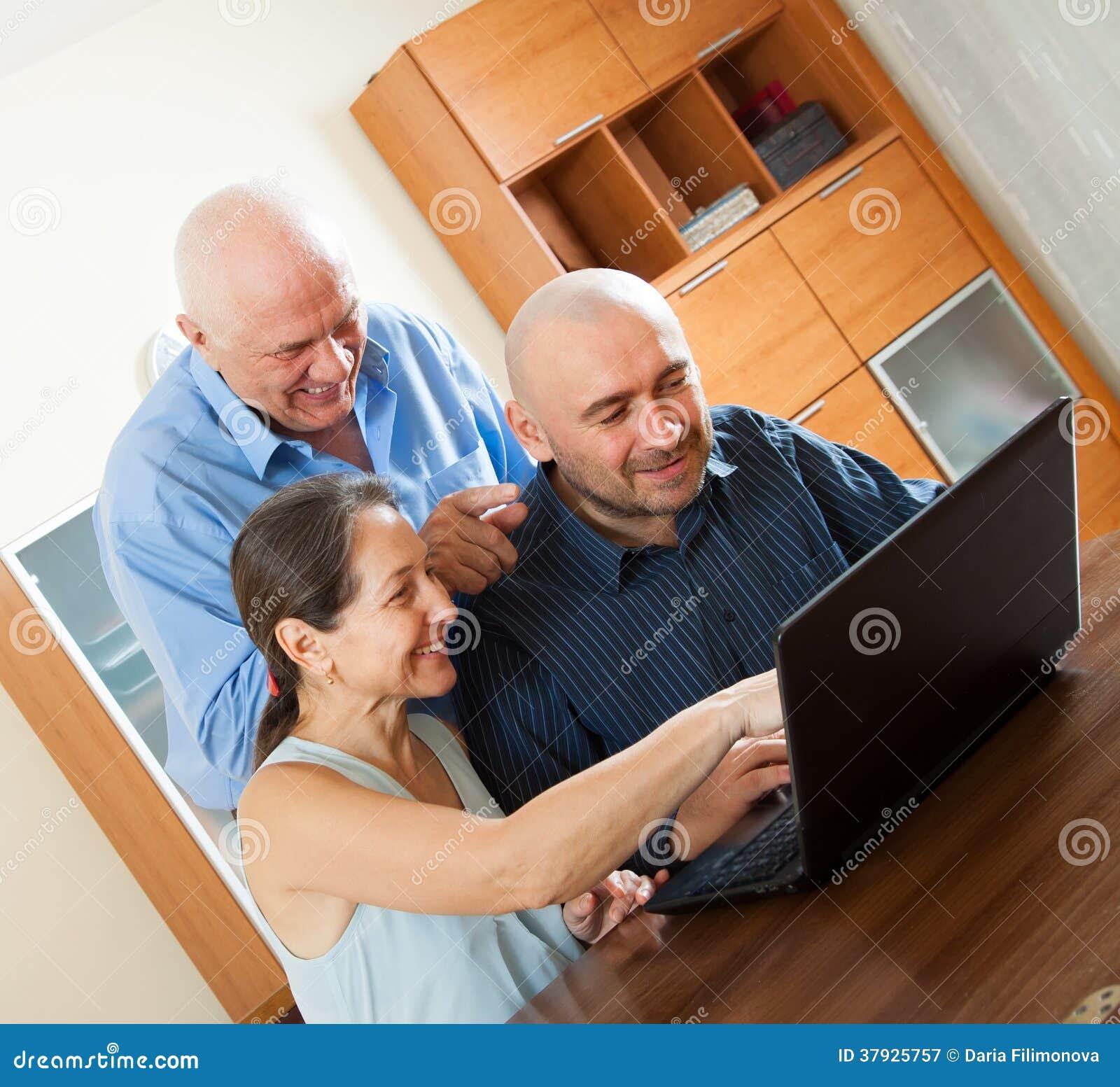 Усмехаясь люди   работа на компьтер-книжке