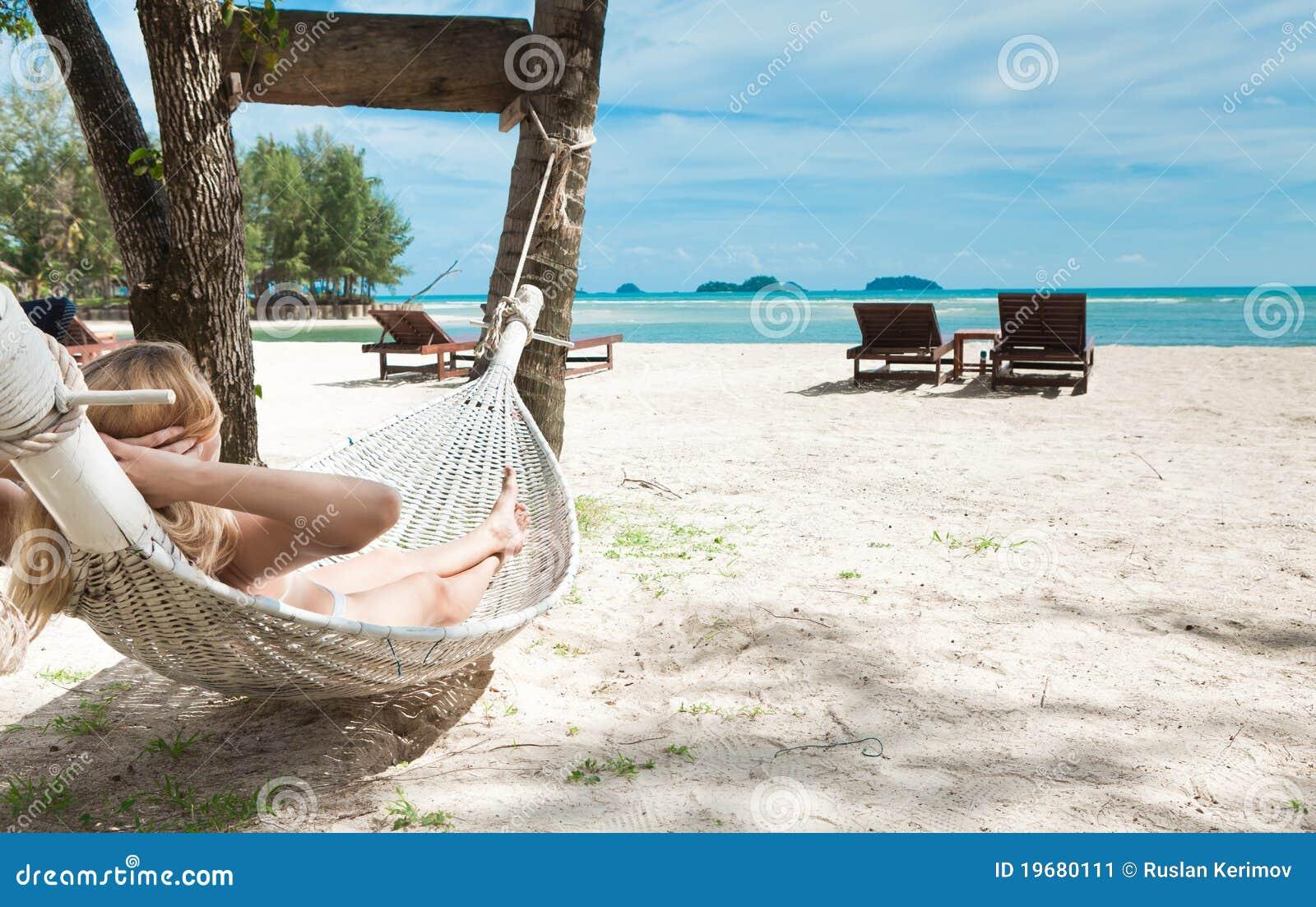 уснувшая белокурая женщина гамака